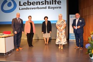 Sozialministerin Carolina Trautner (2. v. r.) mit Barbara Stamm (Mitte), Hildegard Metzger (2. v. l.), Gerhard John (r.) und Dr. Jürgen Auer (l.)
