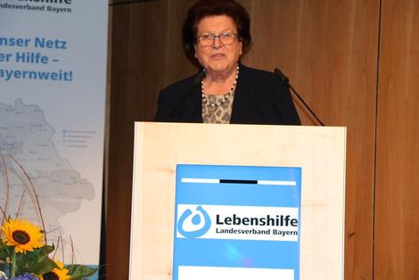 Landesvorsitzende Barbara Stamm bei ihrer engagierten Rede auf der Landesversammlung 2021 in Amberg