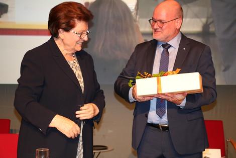Landesvorsitzende Barbara Stamm (l.) gratuliert Landesgeschäftsführer Dr. Jürgen Auer (l.) zum 20. Dienstjubiläum