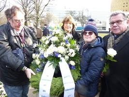 Die Lebenshilfe gedenkt mit einem Kranz an die Menschen mit Behinderungen, die im Nationalsozialismus ermordet wurden. Von links: Christian Specht, Ulla Schmidt, Sebastian Urbanski und Gerhard John. (Foto: Lebenshilfe / Peer Brocke)