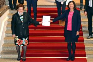 In Corona-Zeiten: Mit gebührendem Abstand übergab Landesvorsitzende Barbara Stamm (links) die Petition an Landtagspräsidentin Ilse Aigner. (Foto: Bayerischer Landtag)