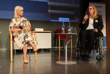 Sozialministerin Trautner im Gespräch mit Claudia Franke (r.), Vorsitzende des Landesausschusses Selbst-Vertreter*innen