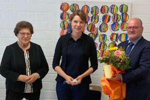 Blumen für den Gast: MdB Emmi Zeulner (Mitte) mit Barbara Stamm (links) und Dr. Jürgen Auer (rechts) (Foto: LHB - Sabine Klotz)