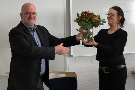 Blumen zum Abschied: Hanne Hauck (r.) mit Dr. Jürgen Auer (Foto: LHB - Barbara Dengler)